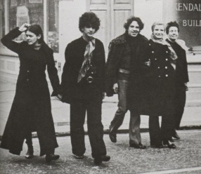 From left to right: Dedé, Caetano, Guilherme and the actor Odete Lara on King's Road, 1969.
